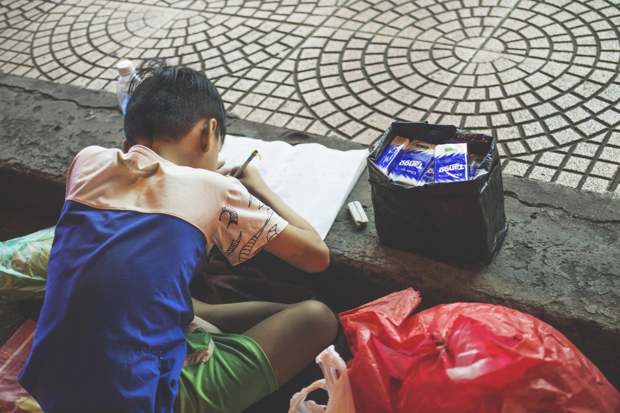 Khoảnh khắc người mẹ dạy con học bài bên vỉa hè giữa Sài Gòn náo nhiệt khiến dân mạng xúc động mạnh-4