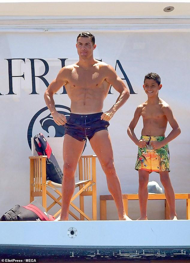 Cha con Ronaldo khoe thân hình một chín một mười, cô bạn gái nóng bỏng của CR7 cũng chẳng chịu kém cạnh-3