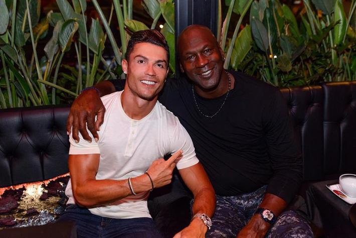 Cha con Ronaldo khoe thân hình một chín một mười, cô bạn gái nóng bỏng của CR7 cũng chẳng chịu kém cạnh-7