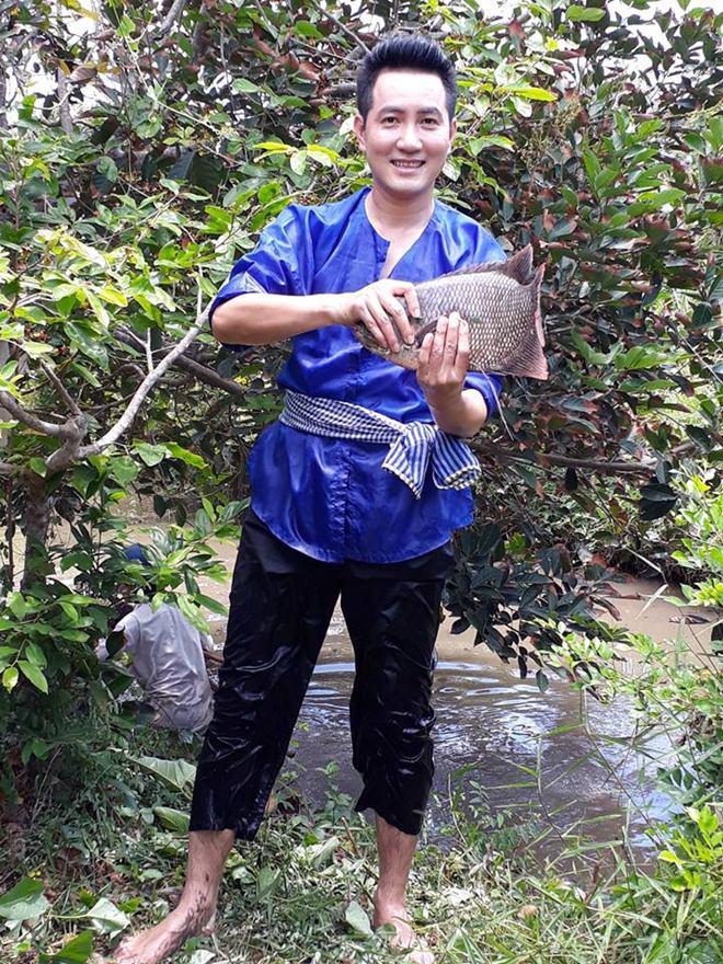 Hơn 40 tuổi chưa vợ con, trai đẹp Nguyễn Phi Hùng khiến chị em xấu hổ vì tài nấu ăn-2