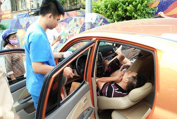 Ô tô lao vỉa hè Hà Nội, tài xế ngủ lăn lay không tỉnh phải gọi cấp cứu-2