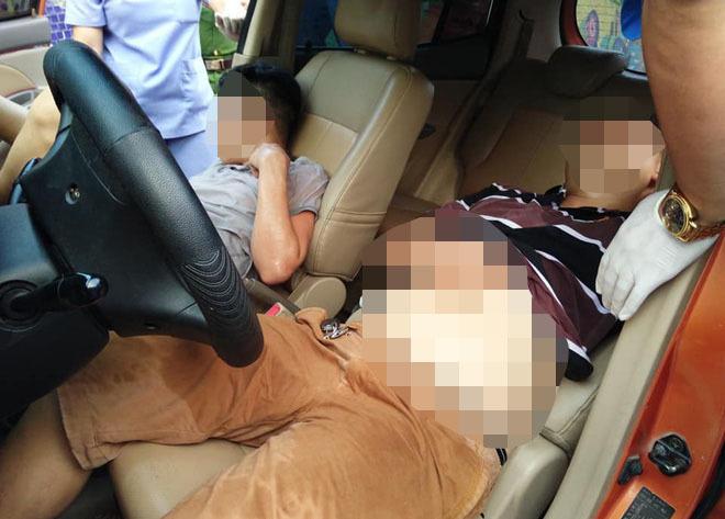 Ô tô lao vỉa hè Hà Nội, tài xế ngủ lăn lay không tỉnh phải gọi cấp cứu-3