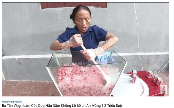 Xôn xao hình ảnh Bà Tân Vlog dùng 1 chiếc muôi vừa cho lợn ăn, vừa nấu những món siêu to khổng lồ-3
