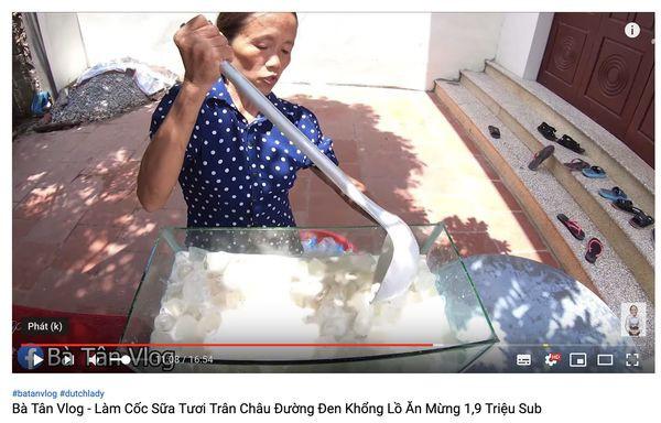 Xôn xao hình ảnh Bà Tân Vlog dùng 1 chiếc muôi vừa cho lợn ăn, vừa nấu những món siêu to khổng lồ-4