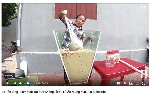 Xôn xao hình ảnh Bà Tân Vlog dùng 1 chiếc muôi vừa cho lợn ăn, vừa nấu những món siêu to khổng lồ-5