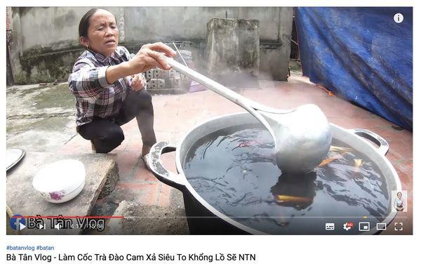 Xôn xao hình ảnh Bà Tân Vlog dùng 1 chiếc muôi vừa cho lợn ăn, vừa nấu những món siêu to khổng lồ-6