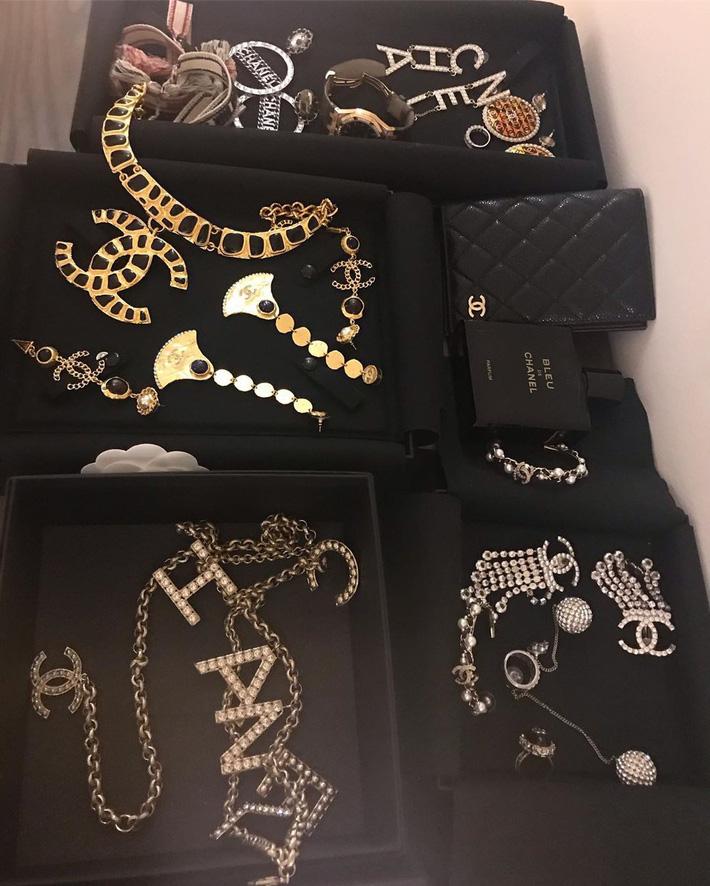 """Cả trăm triệu gói trong tủ đồ của Phượng Chanel, nhưng món nào khoác lên cũng thành làm nền"""" cho người khác-3"""