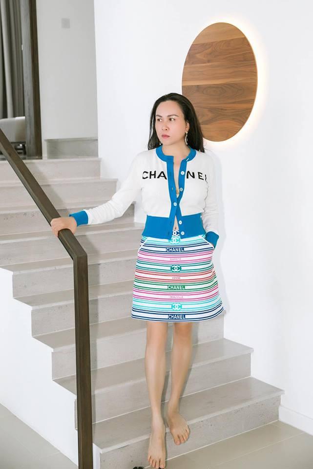 """Cả trăm triệu gói trong tủ đồ của Phượng Chanel, nhưng món nào khoác lên cũng thành làm nền"""" cho người khác-9"""