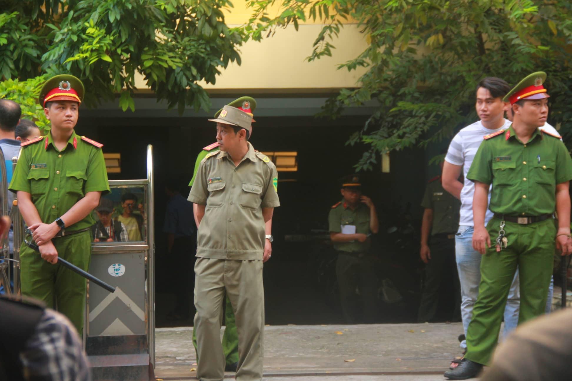 Nguyễn Hữu Linh chính thức bị xét xử tội dâm ô, công an phong tỏa nghiêm ngặt trước tòa án-8