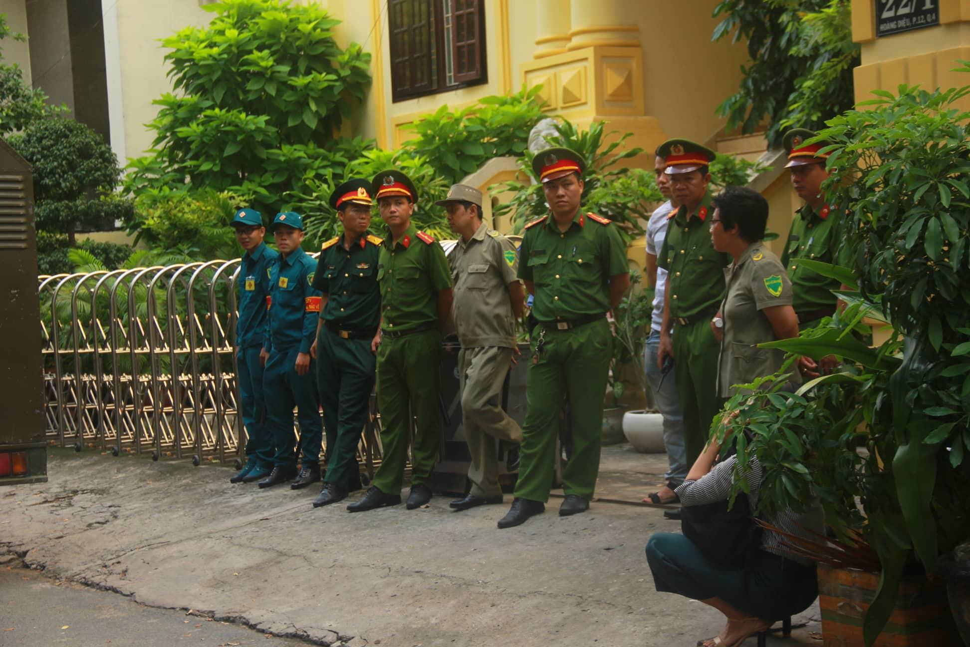 Nguyễn Hữu Linh chính thức bị xét xử tội dâm ô, công an phong tỏa nghiêm ngặt trước tòa án-9