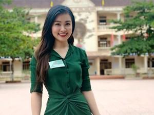 Nữ giám thị duyên dáng gây chú ý tại điểm thi ở Nghệ An
