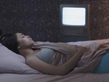 Ngủ mà vẫn để tivi bật sẽ dẫn tới hậu quả mà chị em nào cũng sợ