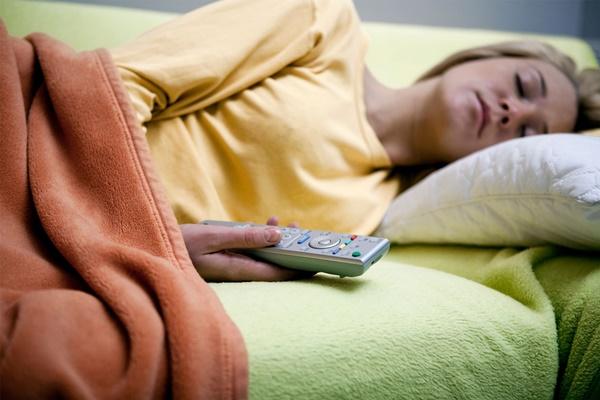 Ngủ mà vẫn để tivi bật sẽ dẫn tới hậu quả mà chị em nào cũng sợ-2