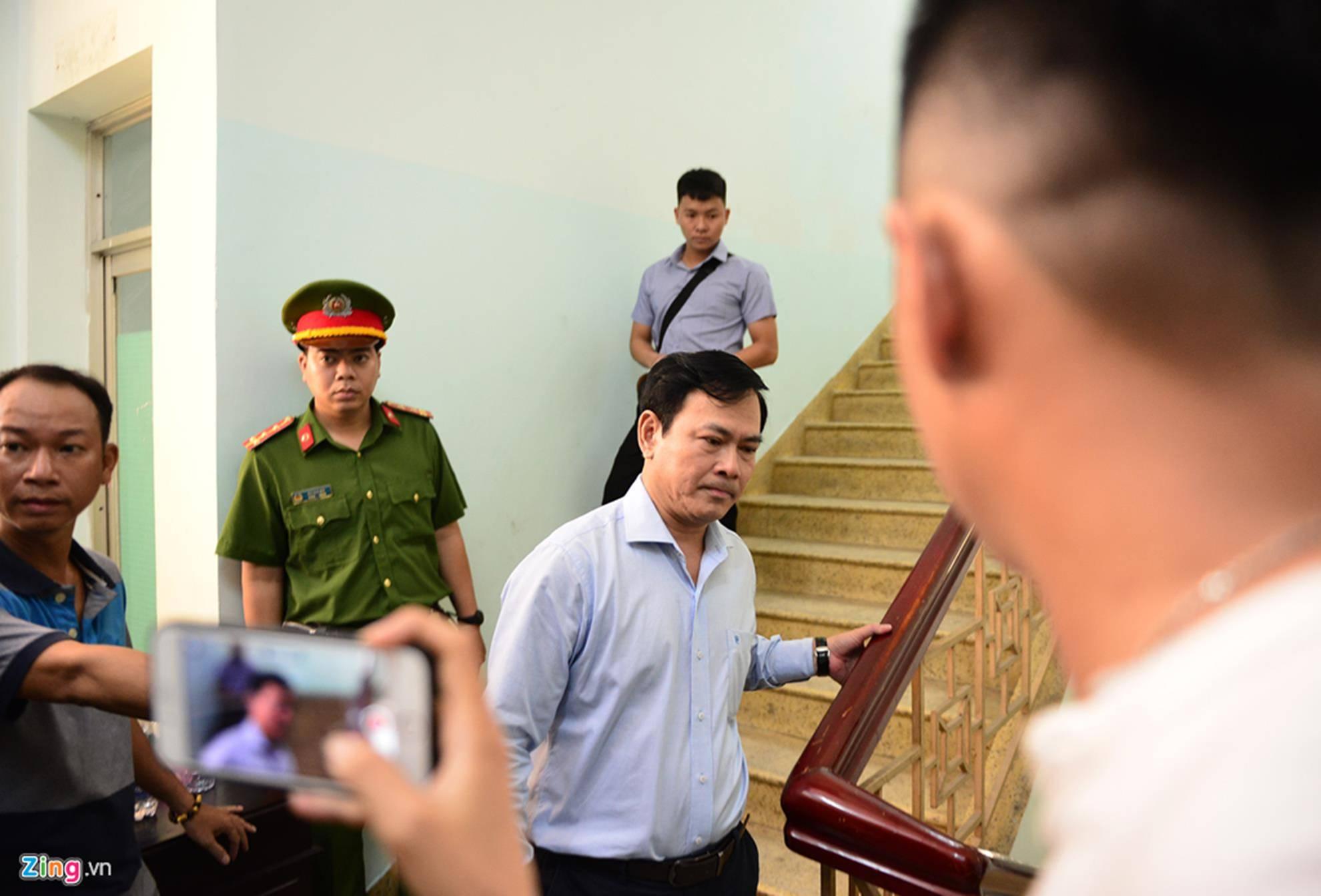 Hàng chục cảnh sát hộ tống Nguyễn Hữu Linh rời tòa-2