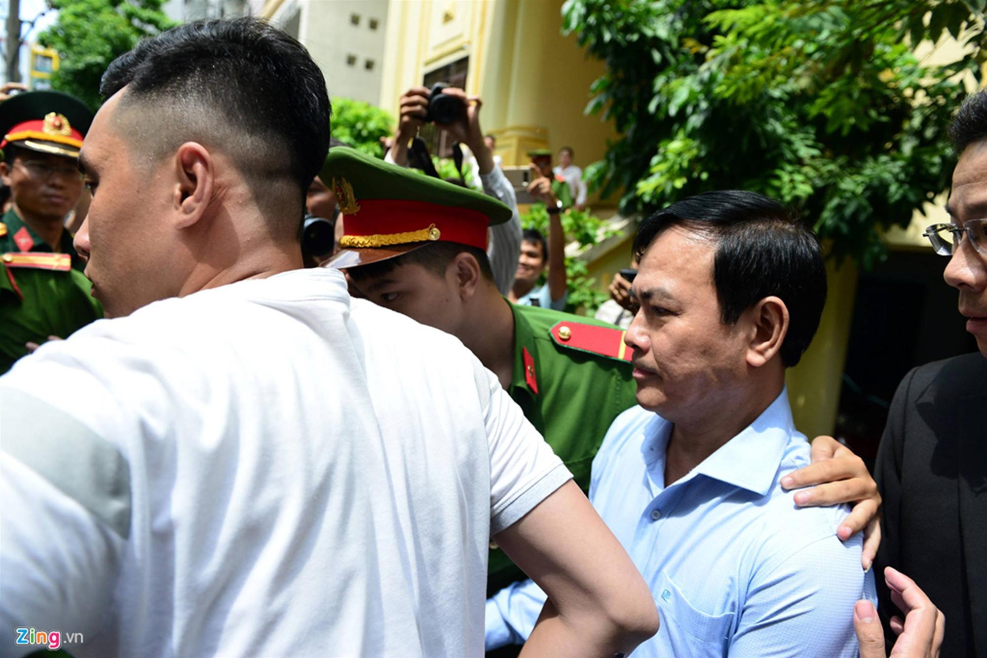 Hàng chục cảnh sát hộ tống Nguyễn Hữu Linh rời tòa-3