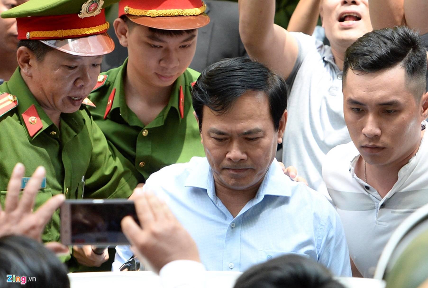 Hàng chục cảnh sát hộ tống Nguyễn Hữu Linh rời tòa-4
