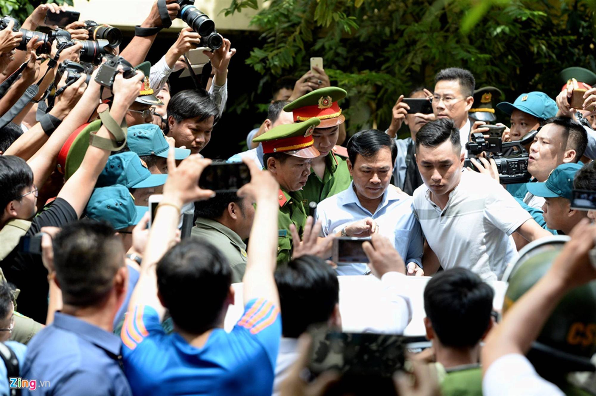 Hàng chục cảnh sát hộ tống Nguyễn Hữu Linh rời tòa-5