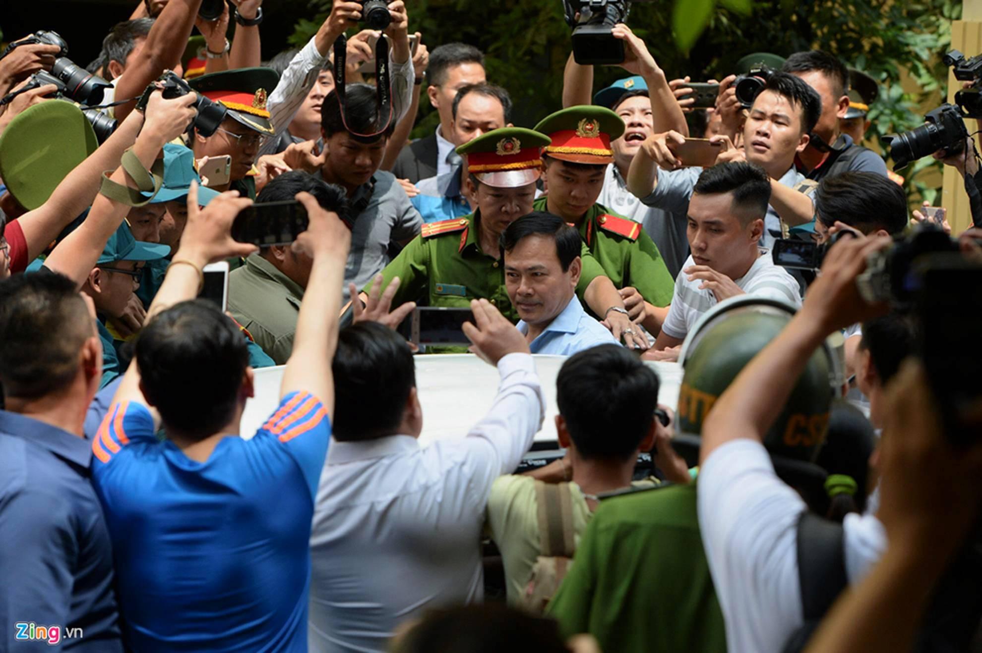 Hàng chục cảnh sát hộ tống Nguyễn Hữu Linh rời tòa-6