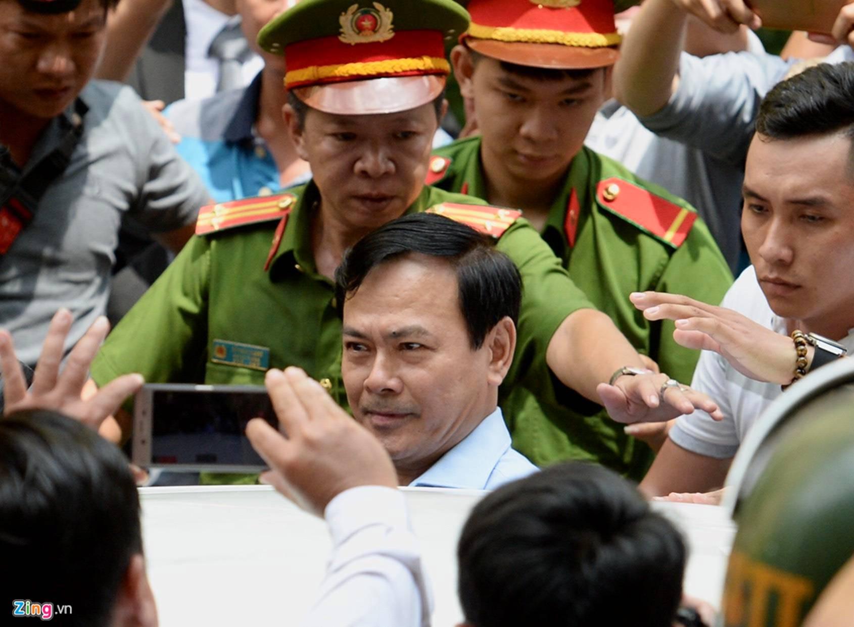 Hàng chục cảnh sát hộ tống Nguyễn Hữu Linh rời tòa-7