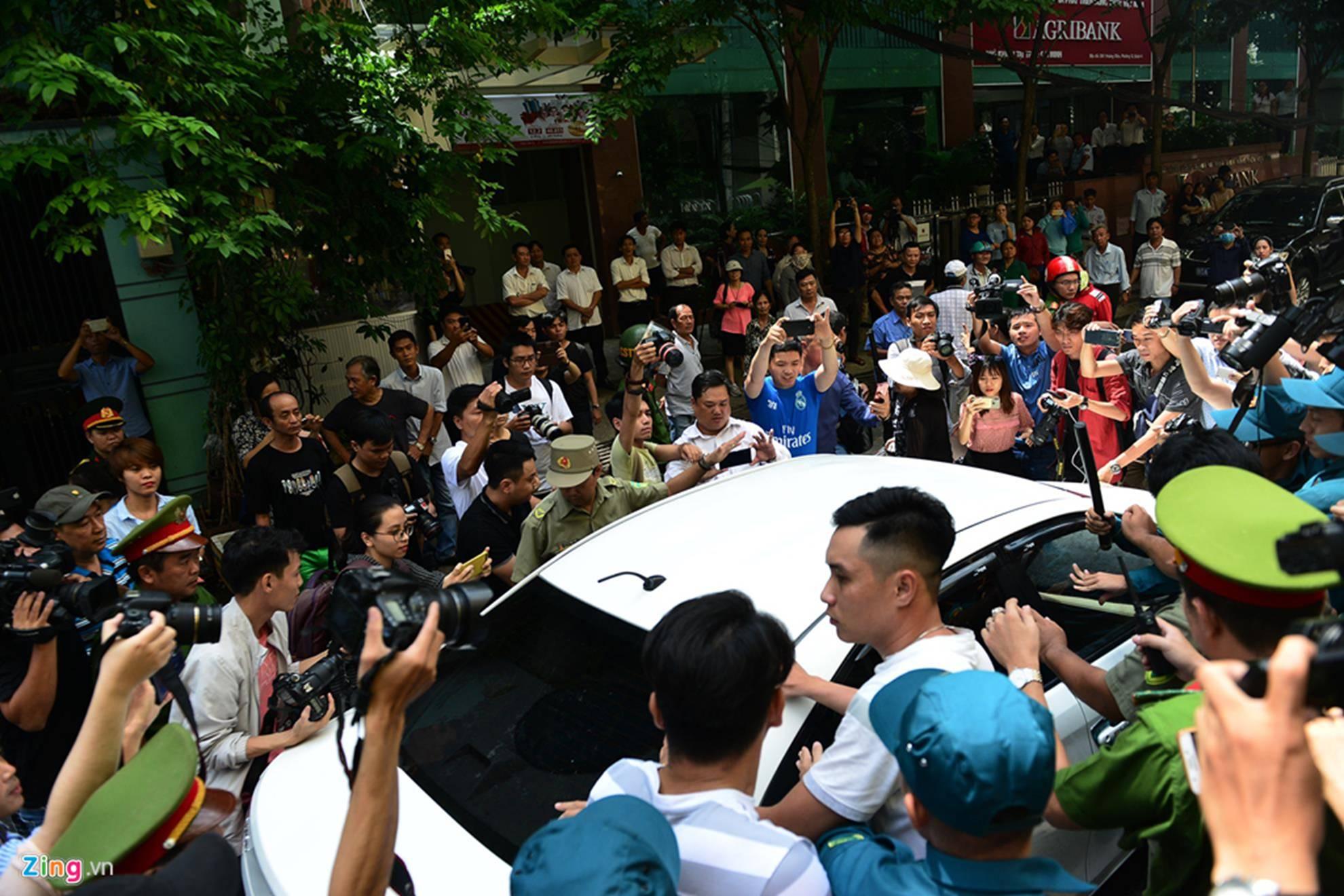 Hàng chục cảnh sát hộ tống Nguyễn Hữu Linh rời tòa-8