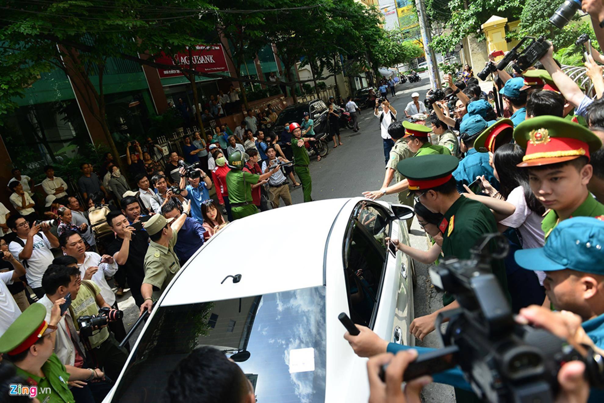 Hàng chục cảnh sát hộ tống Nguyễn Hữu Linh rời tòa-9