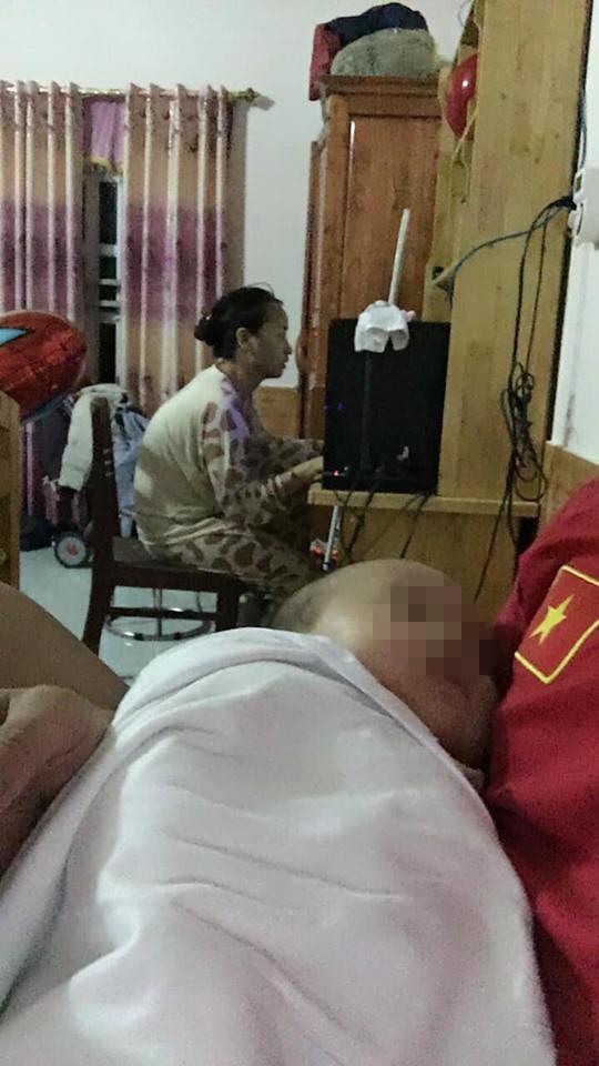 Chồng kêu than vì vợ quá mê chơi game, bức ảnh bế con ngồi máy tính gây bức xúc-1