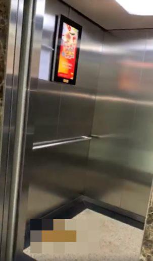 Sốc: Cư dân phát hiện bãi chất thải nghi do đại tiện trong thang máy chung cư ở Hà Nội-1