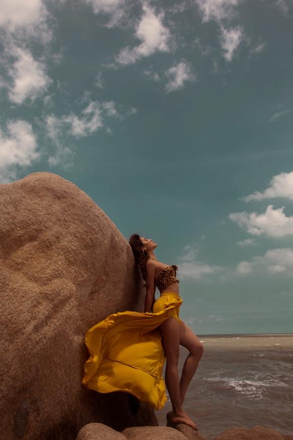 Phương Trinh Jolie tập Yoga trên mỏm đá, khiến ai cũng trầm trồ vì quá sexy-2