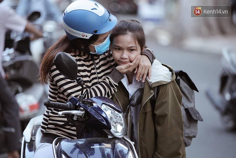 Những nụ hôn vội cha mẹ trao con trước cổng trường thi: Con đã cố gắng hết sức rồi, về nhà ăn cơm với mẹ thôi!-1