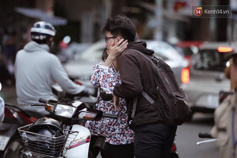 Những nụ hôn vội cha mẹ trao con trước cổng trường thi: Con đã cố gắng hết sức rồi, về nhà ăn cơm với mẹ thôi!-3