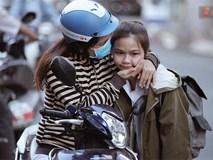 Những nụ hôn vội cha mẹ trao con trước cổng trường thi: Con đã cố gắng hết sức rồi, về nhà ăn cơm với mẹ thôi!