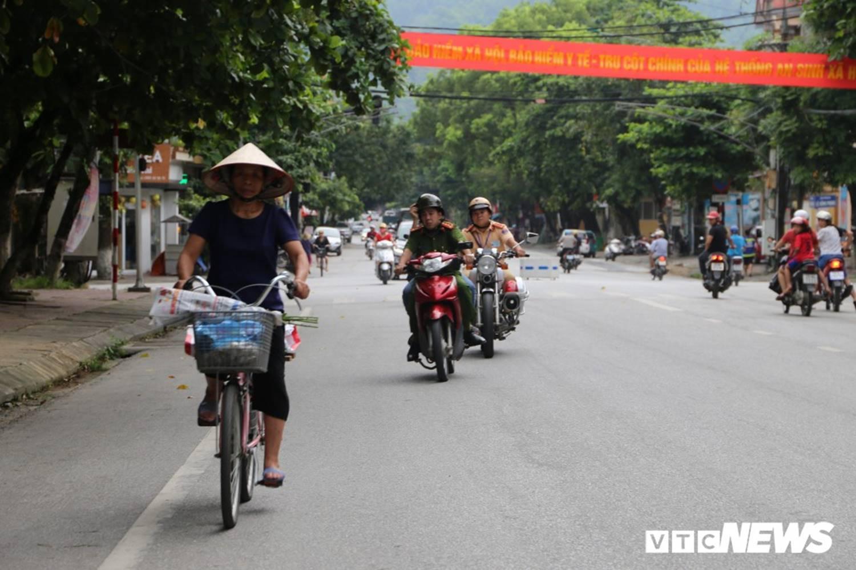 Ảnh: Cảnh sát Hà Giang dùng xe chuyên dụng hú còi hộ tống thí sinh ngủ muộn đến điểm thi-1