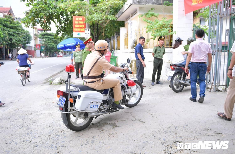 Ảnh: Cảnh sát Hà Giang dùng xe chuyên dụng hú còi hộ tống thí sinh ngủ muộn đến điểm thi-2