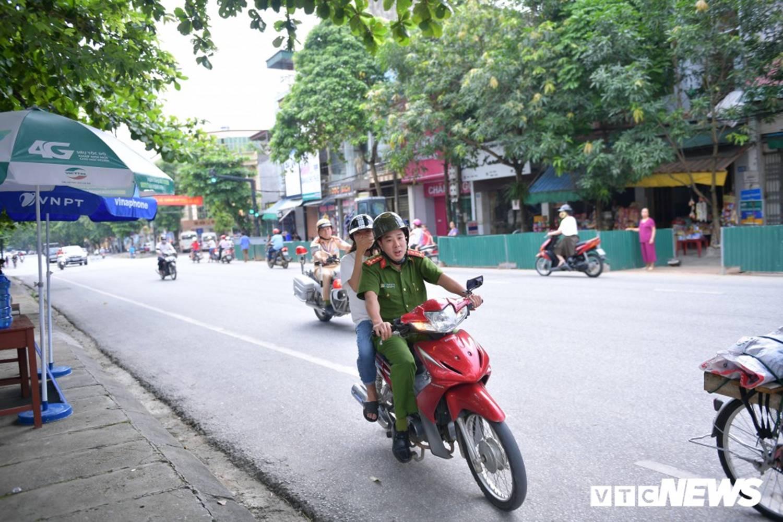 Ảnh: Cảnh sát Hà Giang dùng xe chuyên dụng hú còi hộ tống thí sinh ngủ muộn đến điểm thi-3
