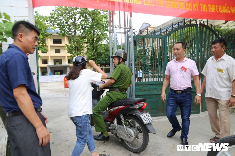 Ảnh: Cảnh sát Hà Giang dùng xe chuyên dụng hú còi hộ tống thí sinh ngủ muộn đến điểm thi-4