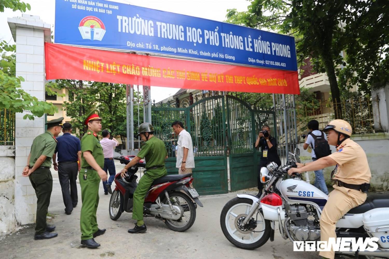 Ảnh: Cảnh sát Hà Giang dùng xe chuyên dụng hú còi hộ tống thí sinh ngủ muộn đến điểm thi-5