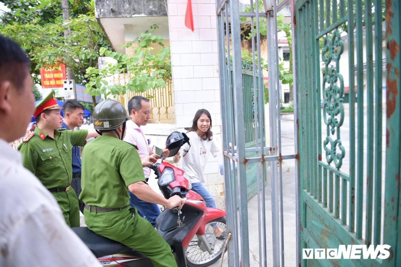Ảnh: Cảnh sát Hà Giang dùng xe chuyên dụng hú còi hộ tống thí sinh ngủ muộn đến điểm thi-6