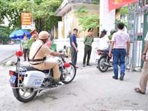 Ảnh: Cảnh sát Hà Giang dùng xe chuyên dụng hú còi 'hộ tống' thí sinh ngủ muộn đến điểm thi