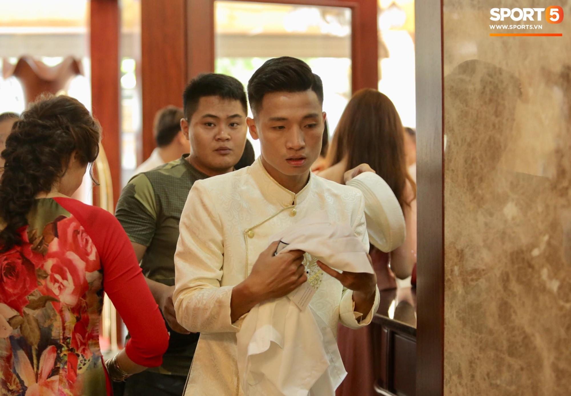 Bùi Tiến Dũng và cô dâu Khánh Linh hôn nhau say đắm, hát Nắm Lấy Tay Anh cực ngọt ngào-6