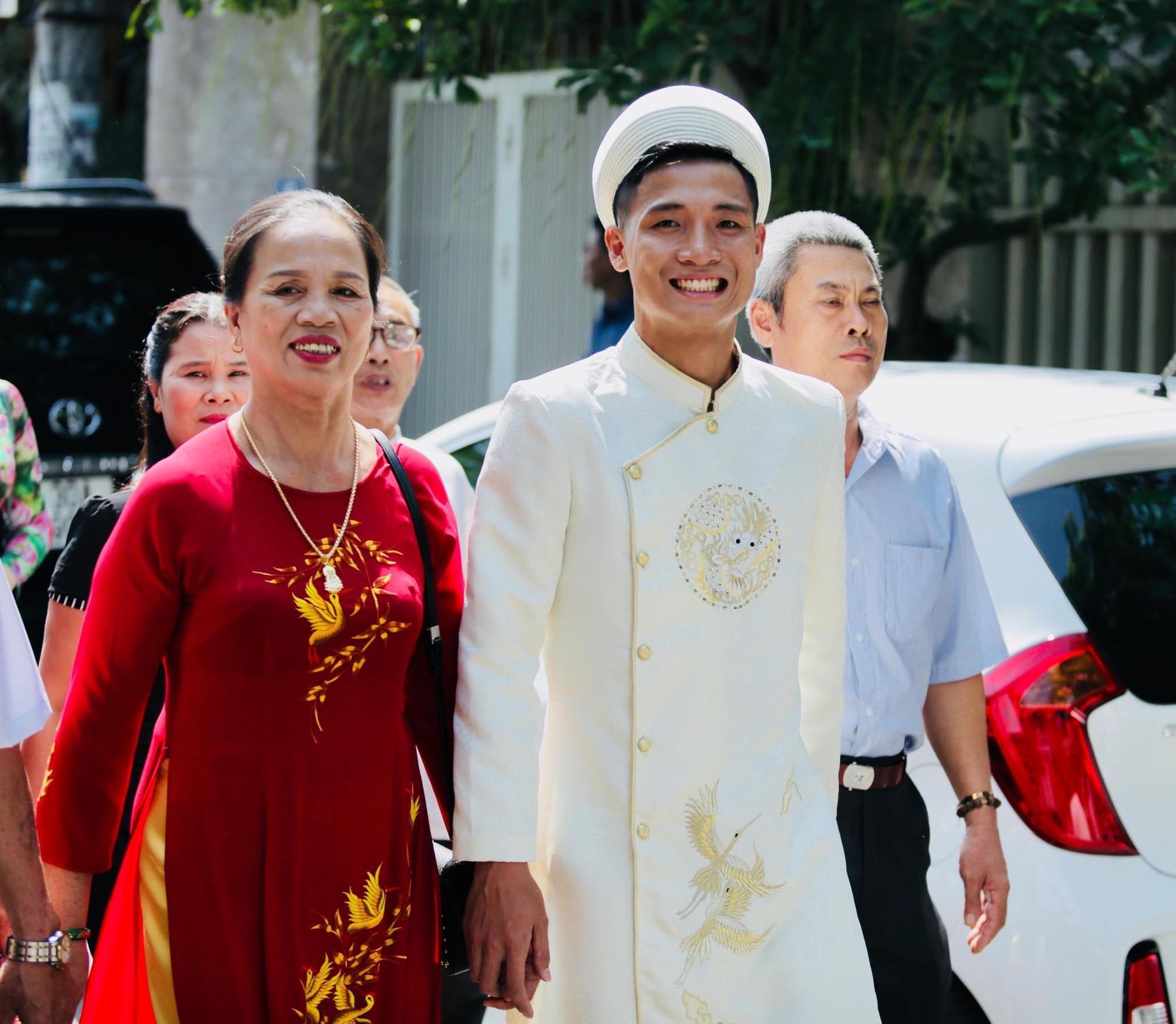 Bùi Tiến Dũng và cô dâu Khánh Linh hôn nhau say đắm, hát Nắm Lấy Tay Anh cực ngọt ngào-11