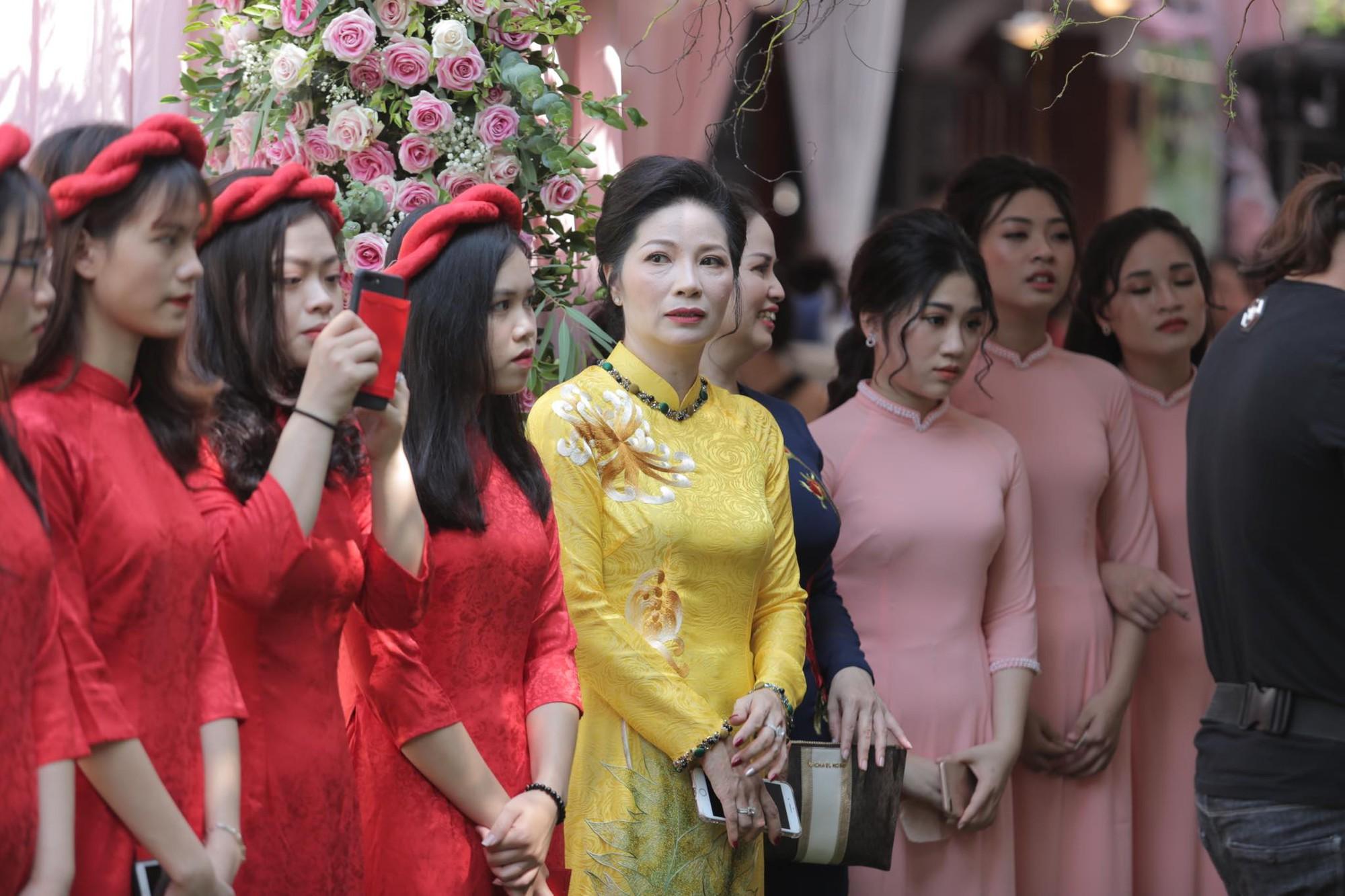 Bùi Tiến Dũng và cô dâu Khánh Linh hôn nhau say đắm, hát Nắm Lấy Tay Anh cực ngọt ngào-12