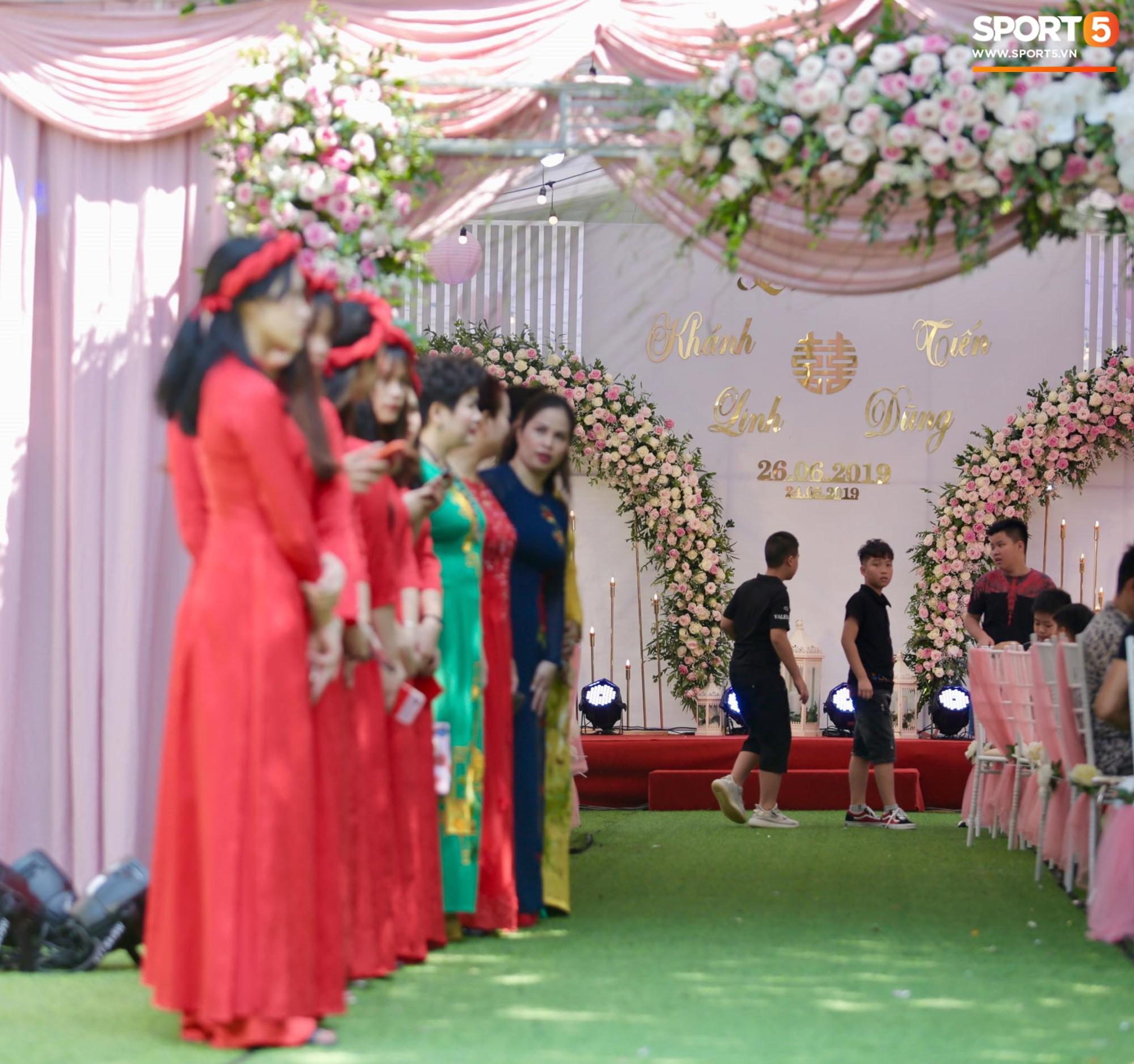 Bùi Tiến Dũng và cô dâu Khánh Linh hôn nhau say đắm, hát Nắm Lấy Tay Anh cực ngọt ngào-13
