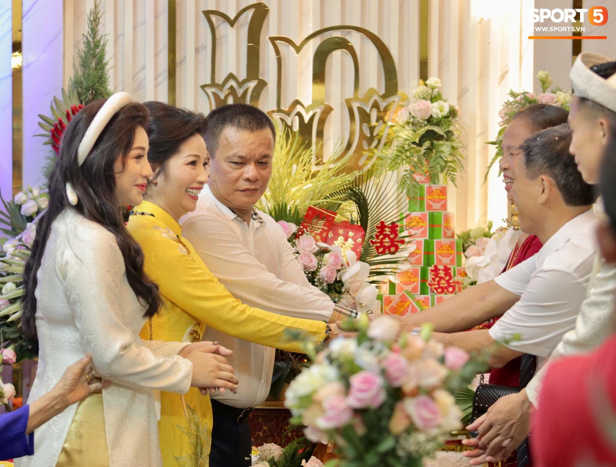 Bùi Tiến Dũng và cô dâu Khánh Linh hôn nhau say đắm, hát Nắm Lấy Tay Anh cực ngọt ngào-16