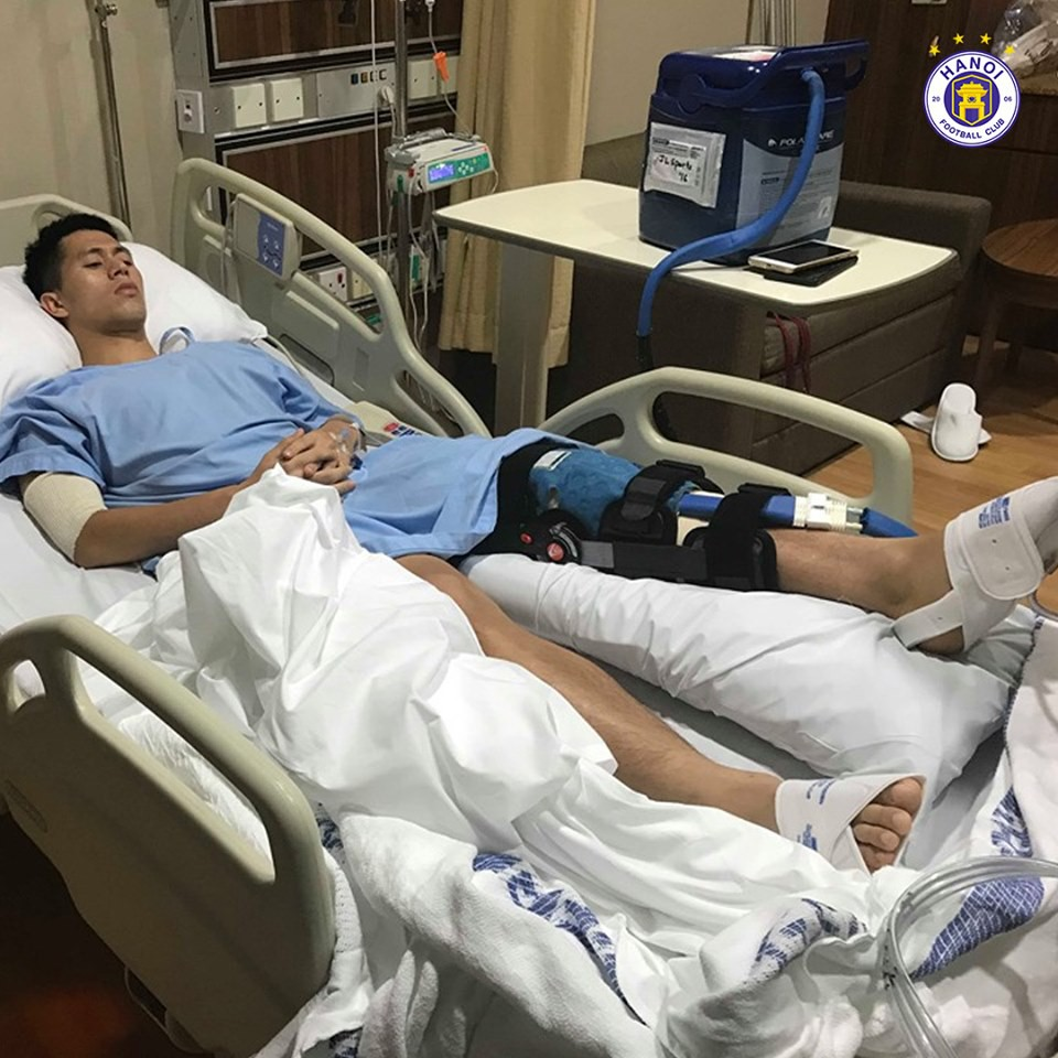 Những hình ảnh đầu tiên của Đình Trọng sau phẫu thuật đứt dây chằng khiến fan không khỏi xót xa-1