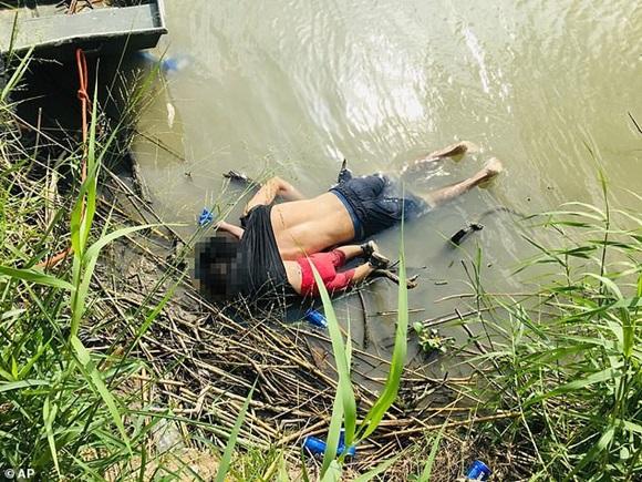 Hình ảnh hai cha con người di cư chết đuối gây rúng động thế giới, gợi nhắc thảm kịch em bé Syria năm nào-1