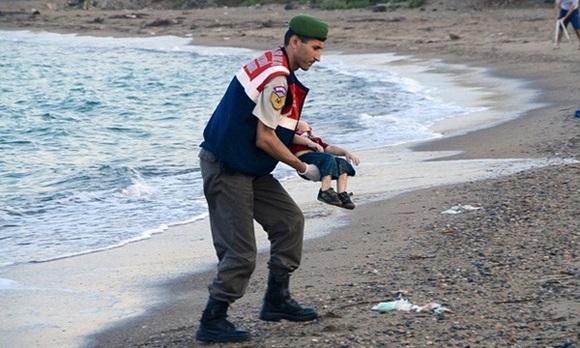 Hình ảnh hai cha con người di cư chết đuối gây rúng động thế giới, gợi nhắc thảm kịch em bé Syria năm nào-4