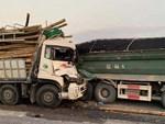 Vừa lái xe vừa mải buôn chuyện, hai người phụ nữ suýt chết dưới bánh xe tải-1