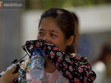 Con gái thi xong nói chỉ làm được 8 điểm, bà mẹ bật khóc nức nở trước cổng trường