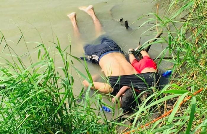 Những bức ảnh lay động lòng người cho thấy sự tàn nhẫn của thảm họa di cư, khi hàng rào thép gai nơi biên giới cứa nát cuộc đời những đứa trẻ-1