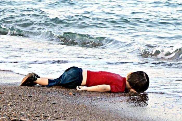 Những bức ảnh lay động lòng người cho thấy sự tàn nhẫn của thảm họa di cư, khi hàng rào thép gai nơi biên giới cứa nát cuộc đời những đứa trẻ-3